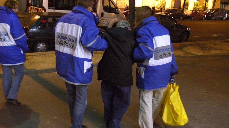 Une personne sans-abri assistée par des infirmiers du Samu social de Paris, durant une maraude, dans la nuit du 20 au 21 décembre 2007 à Paris. (JOEL SAGET / AFP)