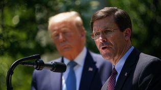 Mark Esper (au premier plan), lors d'une conférence de presse organisée à la Maison Blanche, le 15 mai 2020. (MANDEL NGAN / AFP)