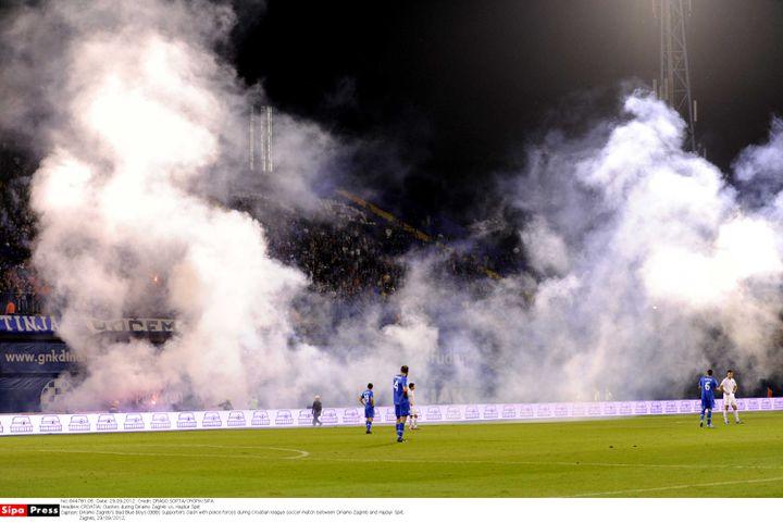 Les joueurs du match Dinamo Zagreb-Hajduk Split, lors d'affrontements entre les Bad Blue Boys et la police, le 29 septembre 2012. (DRAGO SOPTA/CROPIX/SIPA)