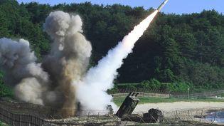 Un missile tiré par la Corée du Nord, à l'occasion d'un test, le 5 juillet 2017. (HANDOUT / SOUTH KOREAN DEFENCE MINISTRY / AFP)
