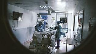Le service de réanimation de l'hôpital Jacques-Cartier, à Massy (Essonne), le 9 avril 2020. Photo d'illustration. (YANN CASTANIER / HANS LUCAS / AFP)