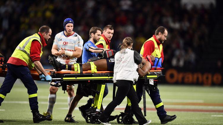 Samuel Ezeala évacué sur civière le 7 janvier dernier après un choc lors du match Racing 92-Clermont. (CHRISTOPHE SIMON / AFP)
