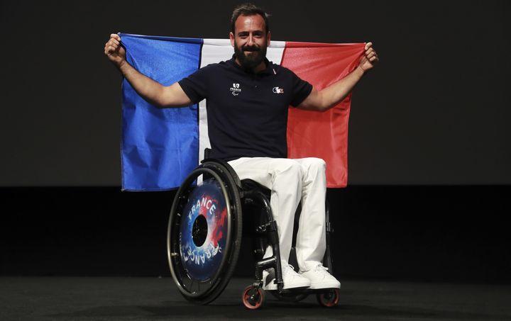 Michaël Jérémiasz, le porte-drapeau de la délégation française aux Jeux paralympiques de Rio, pose à Paris, le 19 juillet 2016. (JACQUES DEMARTHON / AFP)