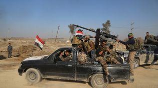 Des membres des forces irakiennes avancent vers les positions du groupe Etat islamique à Mossoul (Irak), le 24 février 2017. (HEMN BABAN / AFP)