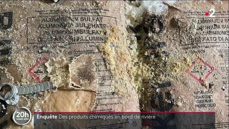 À Vire dans le Calvados, l'insalubrité d'une station de traitement de l'eau fermée depuis 2012 suscite de nombreuses questions sur les risques de pollution. Une équipe de la rédaction du 20 Heures a pu constater, sur place, la présence de produits chimiques. (Capture d'écran France 2)