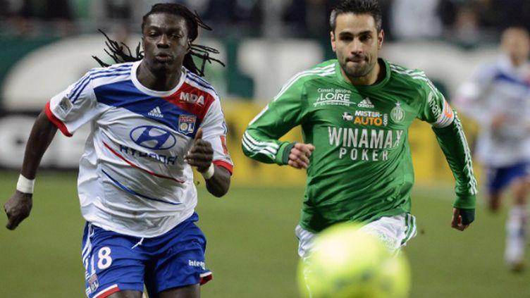 Loïc Perrin (St-Etienne) et Bafétimbi Gomis (Lyon) à la lutte