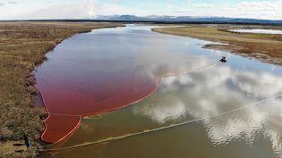 Un barrage flottant est installé pour limiter la pollution après une importante fuite de diesel dans la rivière Ambarnaïa, à Norilsk (Russie), le 3 juin 2020. (MARINE RESCUE SERVICE OF RUSSIA / AFP)