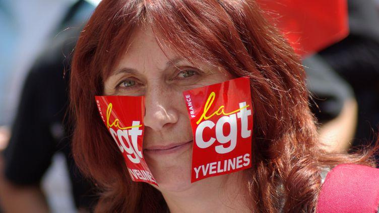 (© RF/Nathanael Chrabonnier militante cgt lors d'une manifestation en 2008)