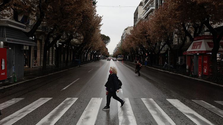 Une rue deThessalonique (Grèce), le 5 novembre 2020, au troisième jour du confinement partiel décrété dans cette ville. (KONSTANTINOS TSAKALIDIS / SOOC / AFP)