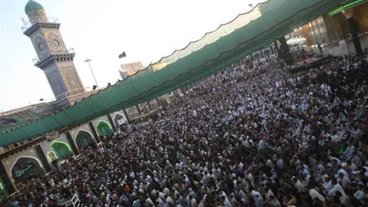 Les pèlerins chiites, le 7 juillet 2010, près du mausolée de l'imam Moussa al Kadhim dans le quartier de Kazhimiya. (AFP - ALI AL-SAADI)