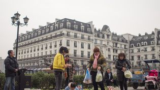 """Tienducheng.A """"Little Paris"""", les habitants font leur marché. Mais sur les étals, pas de poulets rôtis ni de topinambours. (Noé Pignède)"""