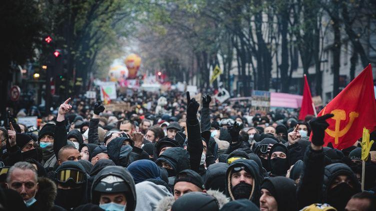 """Desmanifestants lors de la mobilisation contre la proposition de loi sur la """"sécurité globale"""", le 5 décembre 2020, à Paris. (SAMUEL BOIVIN / NURPHOTO / AFP)"""