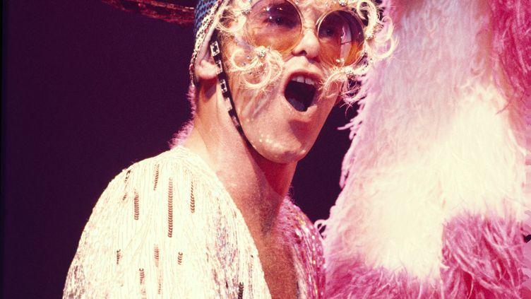 Elton John dans une de ses tenues extravagantes sur scène en 1974. (SAM EMERSON / COURTESY OF ROCKET ENTERTAINMENT)