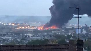 L'usine en flammes dégage une épaisse fumée noire sur Rouen, jeudi 26 septembre. (JEAN-JACQUES GANON / TWITTER / AFP)