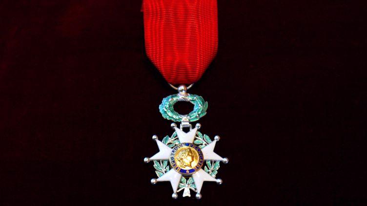 L'insigne de chevalier de la Légion d'honneur, à Paris, le 14 janvier 2003. (JACQUES DEMARTHON / AFP)