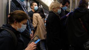 Des voyageurs dans un métro parisien, le 1er octobre 2020. (VALENTINO BELLONI / HANS LUCAS / AFP)