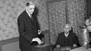 Le Général de Gaulle vote pour le deuxième tour des législatives, le 30 novembre 1958 à Colombey-les-deux-églises (Haute-Marne). (- / INTERCONTINENTALE)