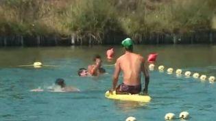 Avec la canicule et l'envie de se rafraîchir, attention aux noyades: un enfant de 8 ans est mort mardi 11 août dans une piscine municipale de l'Ain. Au total, 109 décès ont été recensés en juillet, soit 12% de plus que l'année dernière.  (FRANCE 3)
