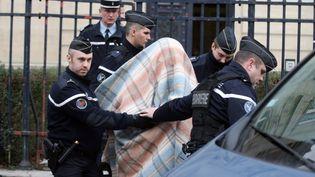 Des gendarmes escortent le suspect mis en examen pour le meurtre de elodie Kulik. Amiens,le 18 janvier 2013. (PHILIPPE HUGUEN / AFP)