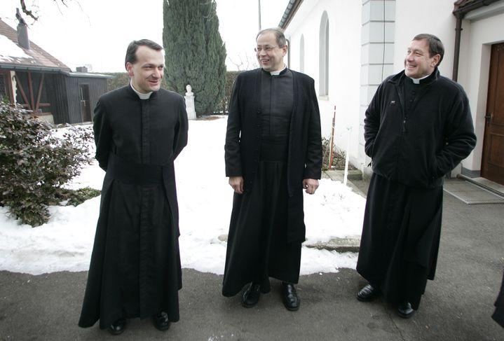 Christian Thouvenot (g) et Niklaus Pfluger (c), le 31 janvier 2009, au siège de la Fraternité sacerdotale Saint-Pie-X, à Menzingen (Suisse). (MICHELE LIMINA / AFP)