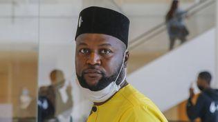 Le militant congolais Emery Mwazulu Diyabanza, poursuivi pour avoir tenté de s'emparer d'un poteau funéraire au musée du Quai Branly (ici le 24 juin 2020 au palais de justice de Paris) (MICHEL EULER / AP / SIPA)