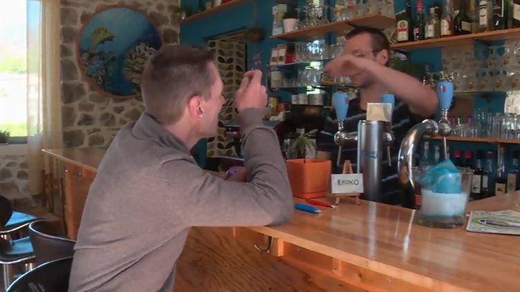 Dans les zones rurales, une commune sur deux ne dispose pas d'un commerce de proximité. Un jeune couple a ouvert son café-épicerie dans le hameau d'Aizac en Ardèche. (FRANCE INFO TV)