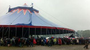 Les parapluies sont de sortie pour le 3e jour de Solidays 2012.  (Laure Narlian / FTV)