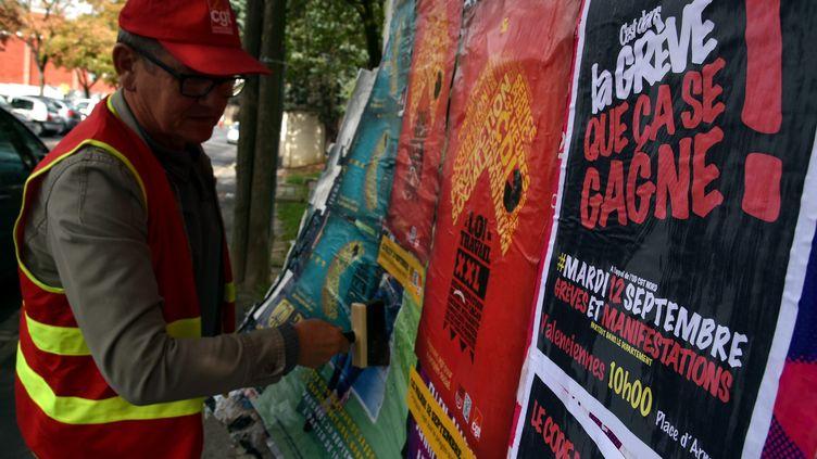 Un syndicaliste prépare la journée d'action du 12 septembre 2017 contre la réforme du code du travail à Valenciennes (Nord). (THOMAS LO PRESTI / MAXPPP)