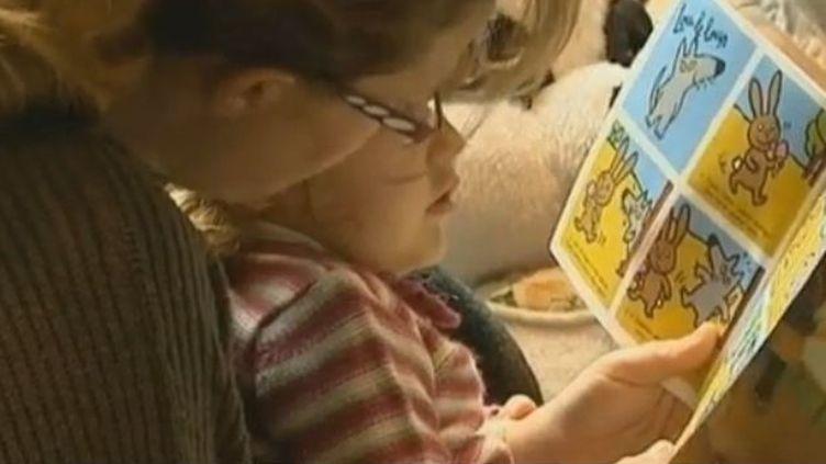 la bibliothèque municipale de Neuville-Chant-d'Oisel (Seine-Maritime) organise des séances de découverte de la lecture aux enfants de 3 mois à 3 ans. juin 2012 (FRANCE 3)