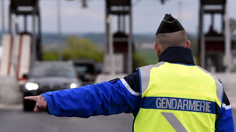 Un gendarme sur l'autoroute A31, en avril 2017. (Photo d'illustration) (ALEXANDRE MARCHI / MAXPPP)
