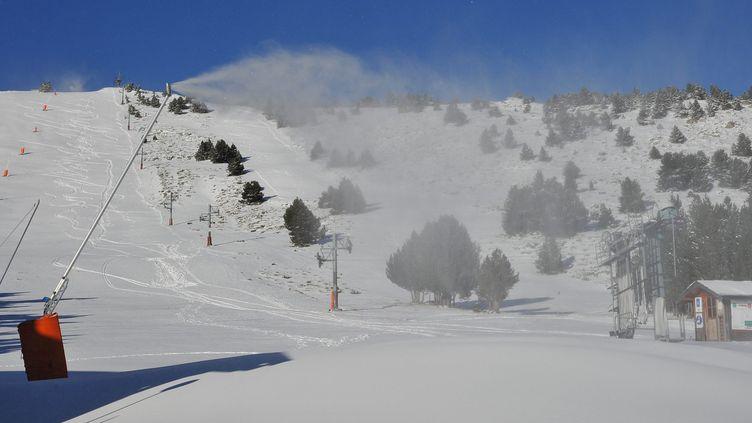 Une piste enneigée de la station Font-Romeu  (Pyrénées-Orientales), le 5 décembre 2012. (MAXPPP)