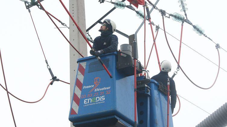 Des travaux sur le réseau électrique à Uffholtz (Haut-Rhin), le 7 novembre 2017. (MAXPPP)