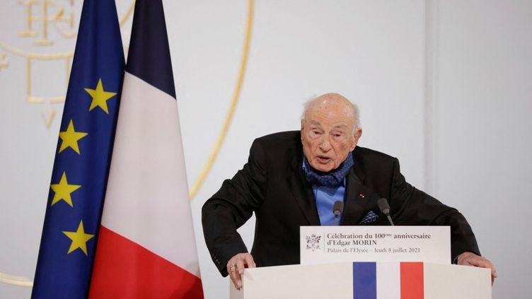 Edgar Morin s'exprime au palais de l'Elysée lors d'une cérémonie pour son 100e anniversaire, le 8 juillet 2021 à Paris. (YOAN VALAT / AFP)