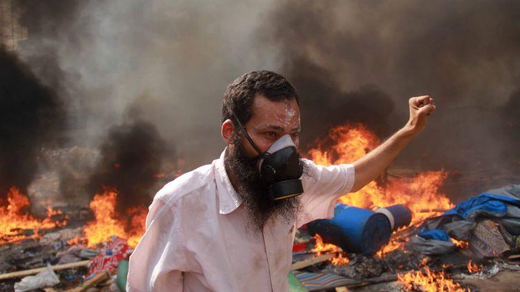 Un manifestant pro-Morsi durant les affrontements meurtriers avec la police au Caire (Egypte), le 14 août 2013. (MOSAAB EL-SHAMY / REUTERS)