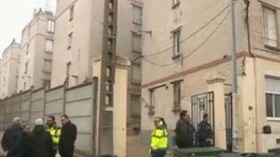 Jeudi 22 novembre au soir, des habitants ont reçu l'ordre de quitter en urgence leur logement insalubre, à la suite d'un arrêté de péril imminent. Un mois après Marseille, ça se passe à Rosny-sous-Bois en Seine-Saint-Denis. Le maire a voulu que les choses aillent vite. (France 2)