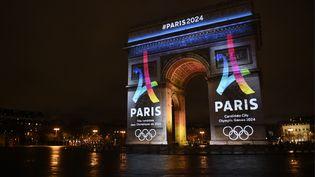 Le logo de la candidature de Paris aux Jeux olympiques 2024 a été dévoilé, mardi 9 février 2016, lors d'une projection sur l'Arc de triomphe. (LIONEL BONAVENTURE / AFP)