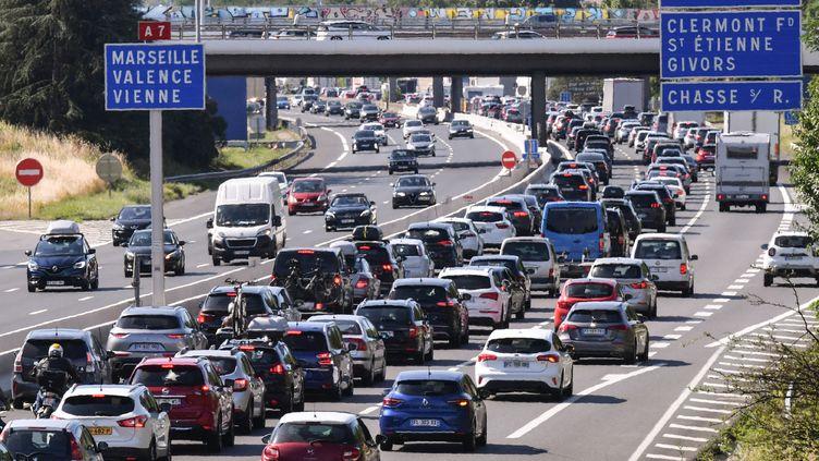 Des automobilistes sur l'autoroute A7 entre Lyon et Vienne, dans le sud-est de la France, lors d'un important embouteillage le premier grand week-end des vacances d'été, le 10 juillet 2021. (PHILIPPE DESMAZES / AFP)