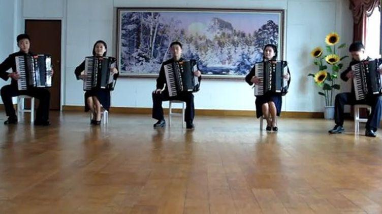 """Cinq jeunes accordéonistes Nord-Coréens reprennent le tube de a-ah """"Take on Me""""  (YouTube)"""