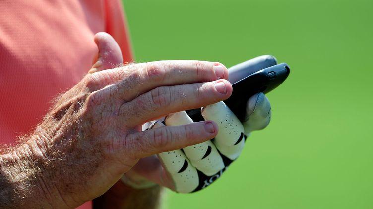 Le golfeur Rod Pampling en train de twitter lors d'une compétition, le 12 août 2009 dans le Minesota. (SAM GREENWOOD / GETTY IMAGES)