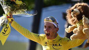 Tadej Pogacar célèbre son deuxième sacre sur le Tour de France. (ANNE-CHRISTINE POUJOULAT / AFP)