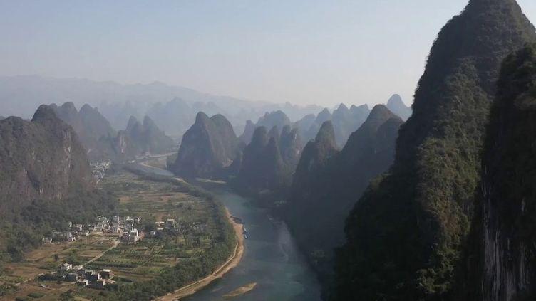 Découvrir certains joyaux de notre planète, voilà une bonne résolution pour la nouvelle année. Cette semaine, des journalistes de France 2 vous présentent quatre lieux de rêve. Première étape : une forêt de pains de sucre sublime en Chine. (France 2)