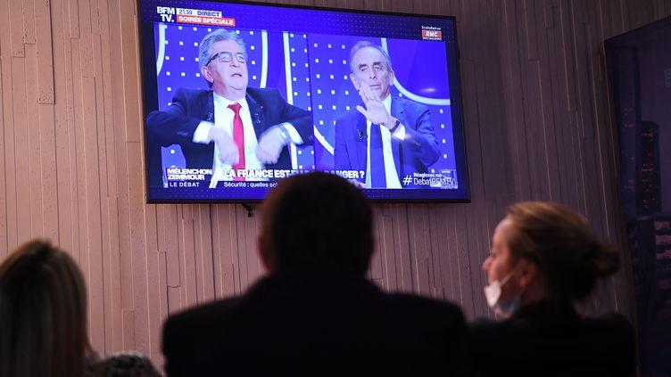 Des spectateurs devant le débat Zemmour-Mélenchon sur BFMTV le 23 septembre 2021 (BERTRAND GUAY / POOL)