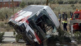 L'épave de l'autocar dont l'accidentà Freginals (Espagne) a fait 13 morts, le20 mars 2016. (ALBERT GEA / REUTERS)