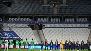 Les joueurs du PSG et de l'AS Saint-Etienne rendent hommage aux victime du coronavirus avant la finale de la Coupe de France, au Stade de France, le 24 juillet 2020. (FRANCK FIFE / AFP)