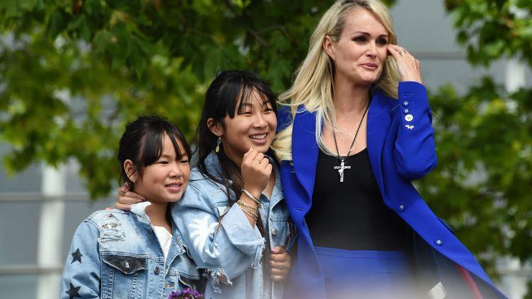 Laeticia Hallyday et ses deux filles Jade et Joy, samedi 15 juin 2019 lors de l'inauguration à Toulouse d'une esplanade au nom de Johnny Hallyday. (ERIC CABANIS / AFP)