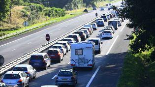 Le trafic sur la RN 24, près dePloërmel (Morbihan), le 16 juillet 2021. (RONAN HOUSSIN / HANS LUCAS / AFP)