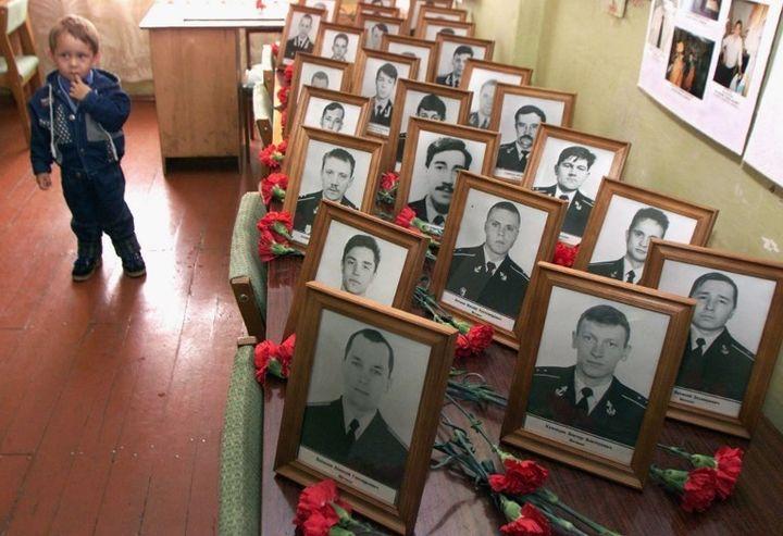 Le portrait des marisn morts à bord du Koursk.  (SERGEI KARPUKHIN / REUTER POOL / AFP)