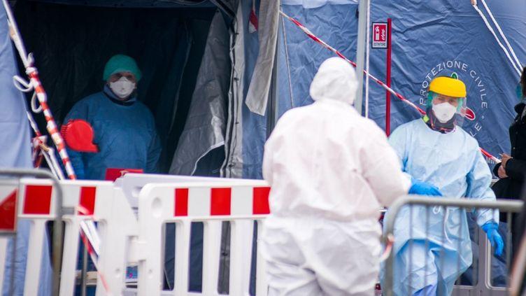Des soignants en combinaison contre le coronavirus Covid-19, près de l'hôpital de Padoue, en Italie, le 11 mars 2020. (MASSIMO BERTOLINI / NURPHOTO / AFP)