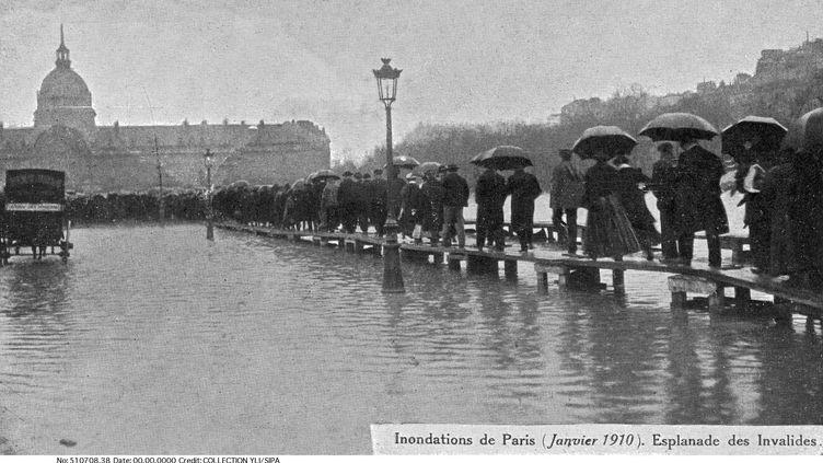 L'esplanade des Invalides est complètement noyée lors de l'inondation de 1910. (COLLECTION YLI / SIPA)