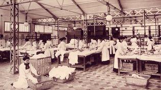 En 1906, Maurice Schwob fait construire une grande blanchisserie dans l'Oise.  (Collection Musée de la Chemiserie)